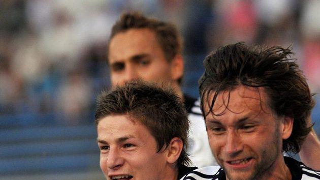 Hradecký Tomáš Rezek (vpravo) oslavuje svůj gól, který dal Spartě.