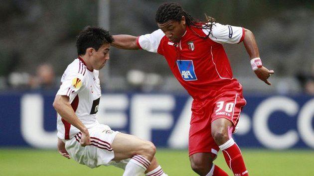 Fotbalista Benfiky Nicolas Gaitan (vlevo) v souboji s Alanem z Bragy