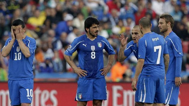 Zklamaní Italové po zápase se Slováky.