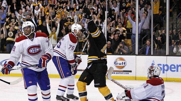 Je rozhodnuto. Davida Krejčí (v černém) slaví postup Bostonu, zatímco v tvářích hokejistů Montrealu se zračí smutek.