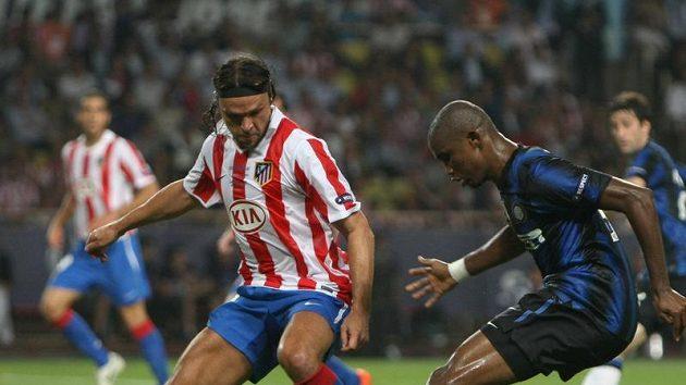Tomáš Ujfaluši z Atlétika Madrid (vlevo) a Samuel Eto´o z Interu Milán.