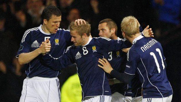 Fotbalisté Skotska oslavují branku vstřelenou Litvě.