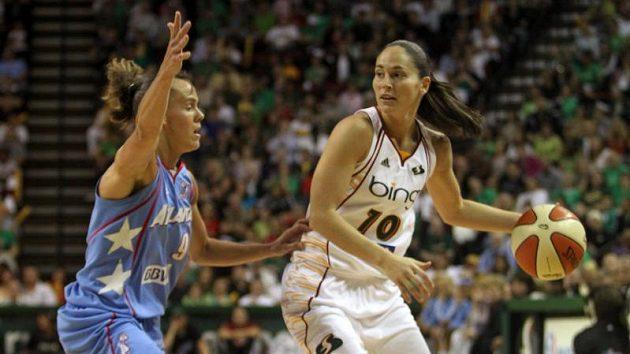 Americká basketbalistka Sue Birdová (vpravo) v dresu Seattlu