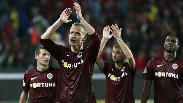 Jiří Jarošík tleská fanouškům po vítězství v podzimním derby, v němž vstřelil úvodní gól.