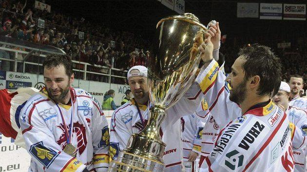 Zleva hráči Třince Radek Bonk, Jan Peterek a Ladislav Kohn s extraligovým pohárem.