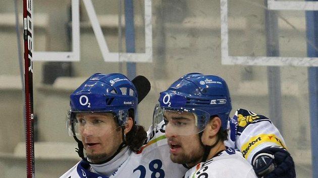 Hokejisté Vítkovic Juraj Štefanka (vlevo) a Yorick Treille