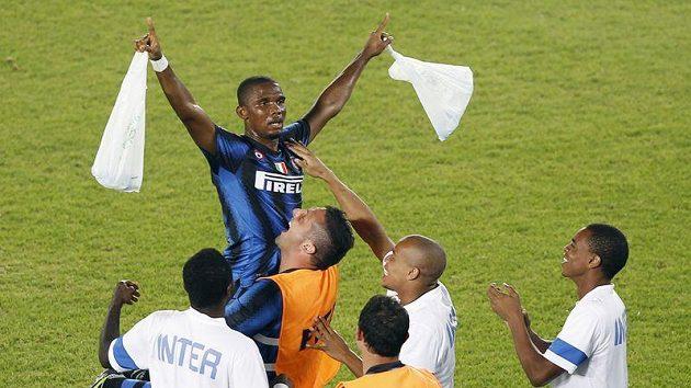 Útočník Interu Milán Samuel Eto'o v náručí Marka Materazziho po vstřelení gólu ve finále MS klubů proti konžskému Mazembe.