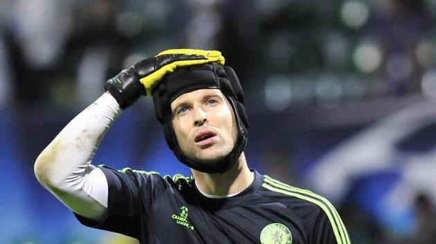 Zklamaný brankář Petr Čech - Chelsea přišla o výhru v nastavení.