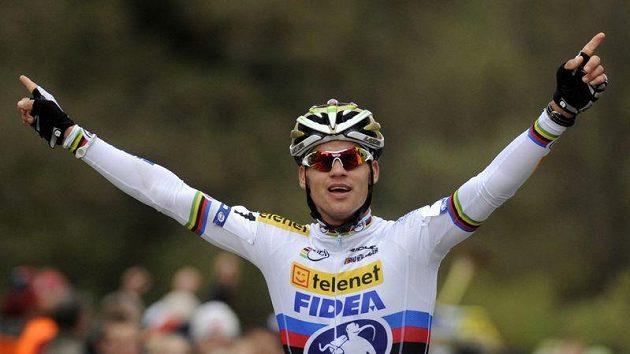 Vítězné gesto cyklokrosaře Zdeňka Štybara v cíli závodu SP v Plzni.