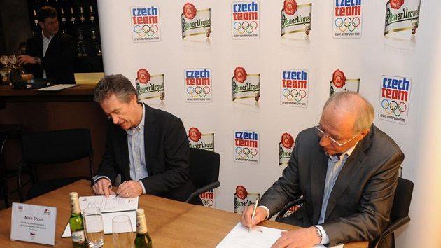 Předseda ČOV Milan Jirásek a Mike Short, generální ředitel Plzeňského Prazdroje, při podpisu smlouvy