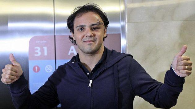 Zraněný pilot formule 1 Felipe Massa z Ferrari při odchodu z nemocnice v Sao Paulu.