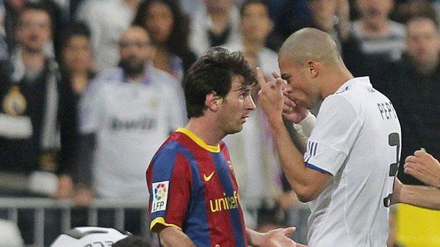 Obránce Realu Madrid Pepe v diskuzi s Lionelem Messim z Barcelony.