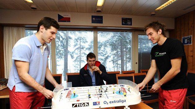 Florbalisté Jan Jelínek s Milanem Tomašíkem hrají Stiga hokej, přihlíží Matěj Jendrišák