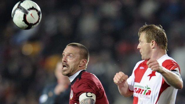 Tomáš Řepka ze Sparty (vlevo) a Stanislav Vlček ze Slavie v nedávním pohárovém derby.