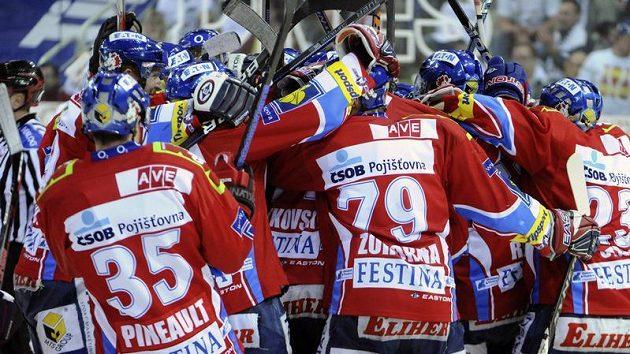 Hokejisté Pardubic se radují z vítězství ve třetím utkání semifinále proti Liberci.