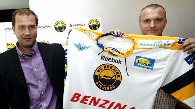 Jiří Šlégr (vlevo) a Robert Reichel představují nový litvínovský dres.