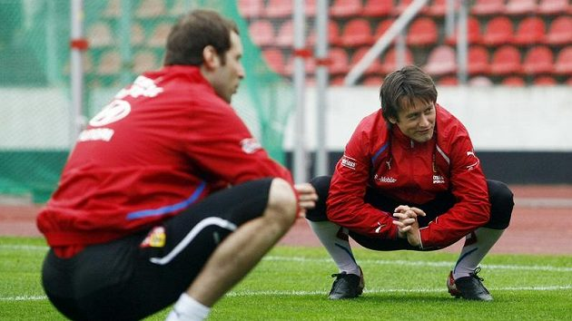 Tomáš Rosický (vpravo) a Petr Čech na tréninku národního týmu.