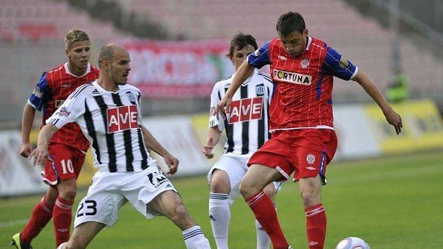 Brněnský David Pašek vpravo se snaží zkrotit míč, na nějž se tlačí českobudějovický Lovre Vulin.