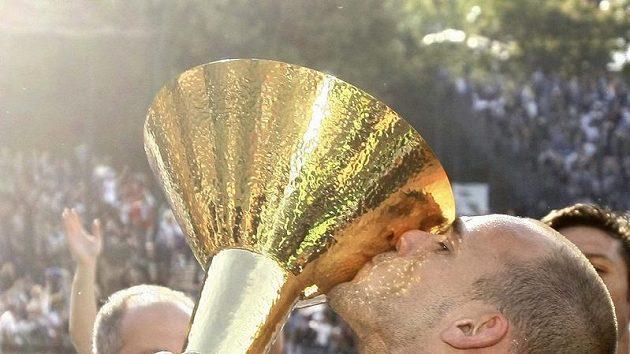 Wesley Sneijder z Interu Milán líbá trofej pro vítěze italské Serie A.