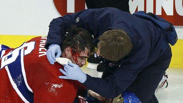 Lékař Montrealu ošetřuje krvavé zranění na hlavě Jaroslava Špačka po tvrdém ataku Milana Lucice z Bostonu.