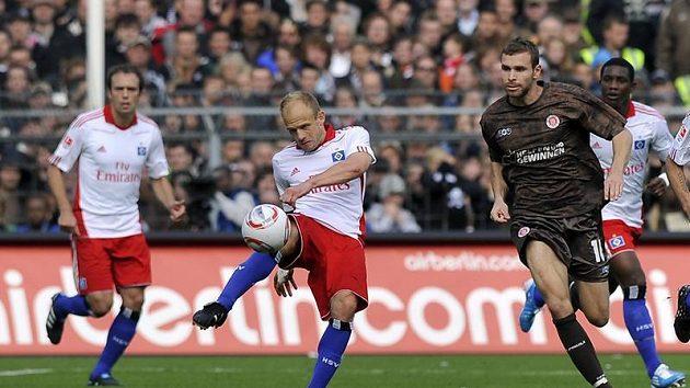 David Jarolím v dresu Hamburku odkopává míč v utkání proti St. Pauli.