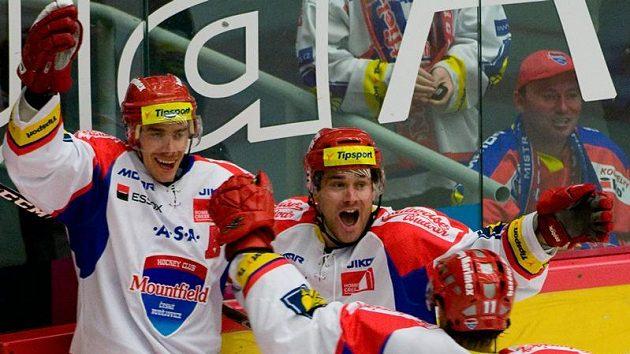 Hráči Českých Budějovic se radují z vítězství nad Plzní.