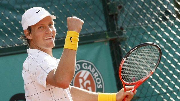 Tomáš Berdych oslavuje po vítězství nad Američanem Isnerem postup do osmifinále French Open.
