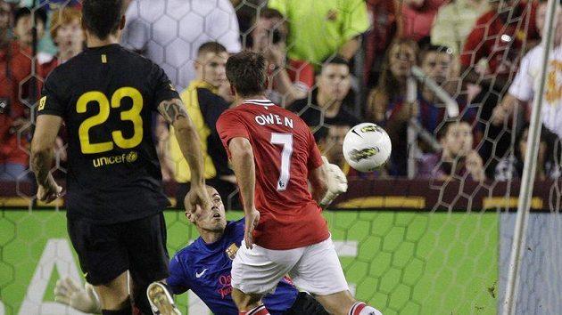 Michael Owen z Manchesteru United překonává gólmana Barcelony Valdese.