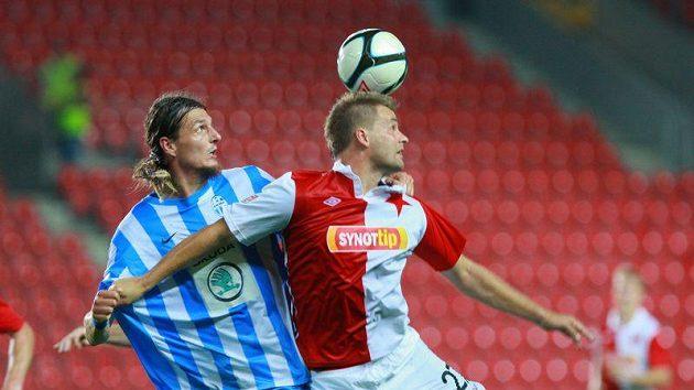 Adrian Rolko z Mladé Boleslavi (vlevo) bojuje o míč se slávistou Zbyňkem Pospěchem.