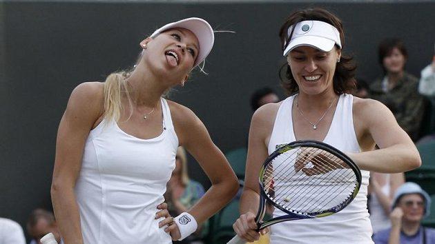 Ruska Anna Kurnikovová (vlevo) žertuje s Martinou Hingisovou během čtyřhry ve Wimbledonu.