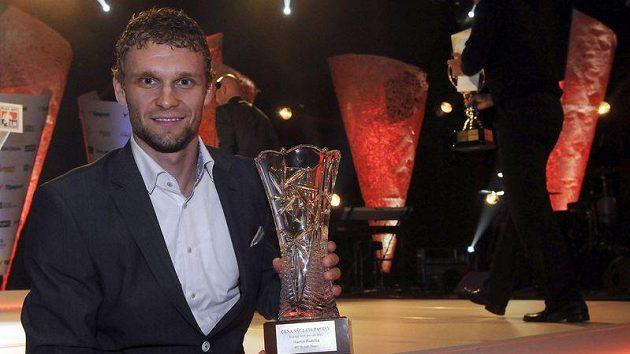 Útočník Třince Martin Růžička s cenou Hokejista roku za sezónu 2010/11