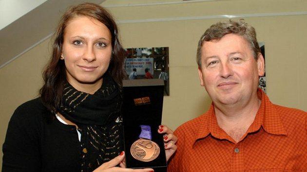 Česká reprezentantka v plavání Barbora Závadová, vpravo trenér Vítězslav Hartmann.