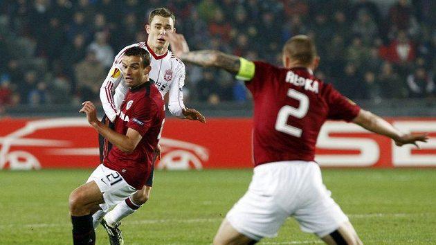 Stopeři Sparty Erich Brabec (vlevo) a Tomáš Řepka řeší situaci před dotírajícím Fabiem Aureliem z Liverpoolu.