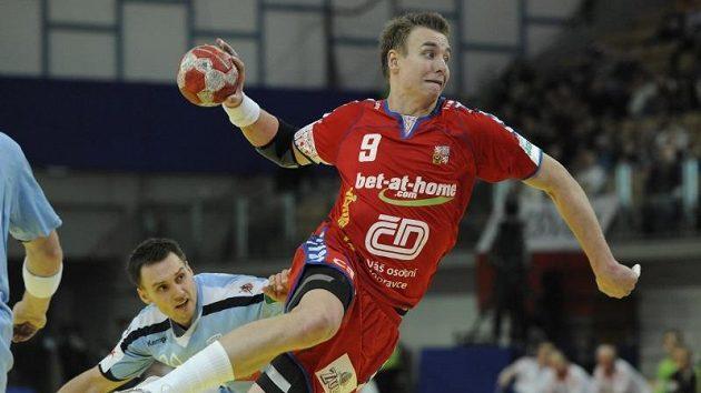 Házenkář Filip Jícha skóruje proti Slovinsku.