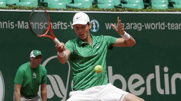 Český tenista Tomáš Berdych v utkání proti Johnovi Isnerovi