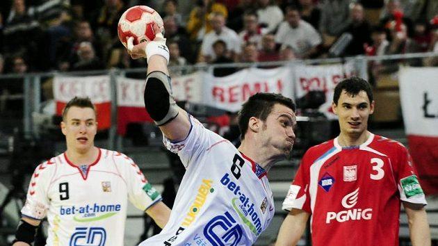 Český reprezentant v házené Václav Vraný střílí v utkání proti Polsku.