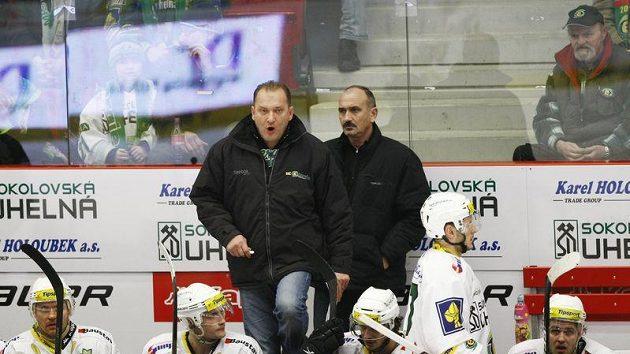 Trenér Karlových Varů Václav Baďouček (vlevo) a lékař týmu Michal Vinš