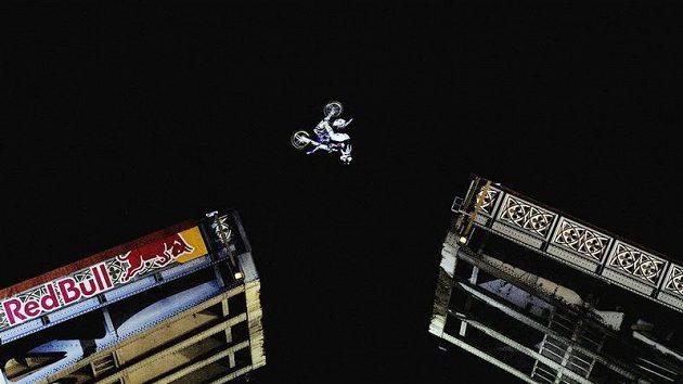 Robbie Maddison z Austrálie skáče na motocyklu přes Tower Bridge.