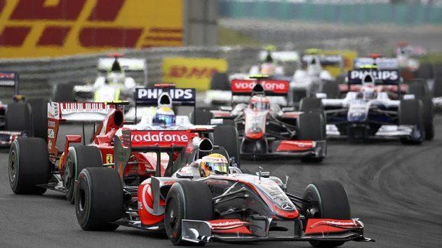 Lewis Hamilton v čele GP Maďarska