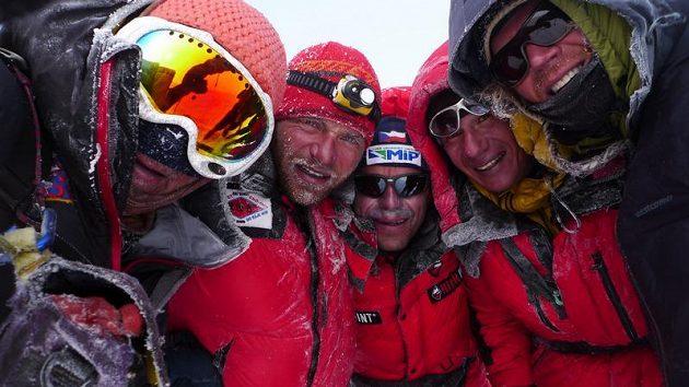 Radost na vrcholu Gasherbrumu I. Libor Uher (druhý zleva) a radek Jaroš spolu se zahraničními horolezci.