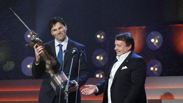 Jaromír Jágr už podesáté získal Zlatou hokejku. Cenu přebral od šéfa hokejového svazu Tomáše Krále.