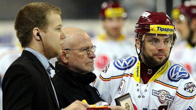 David Výborný (vpravo) přebírá ocenění za jubilejní 600. zápas