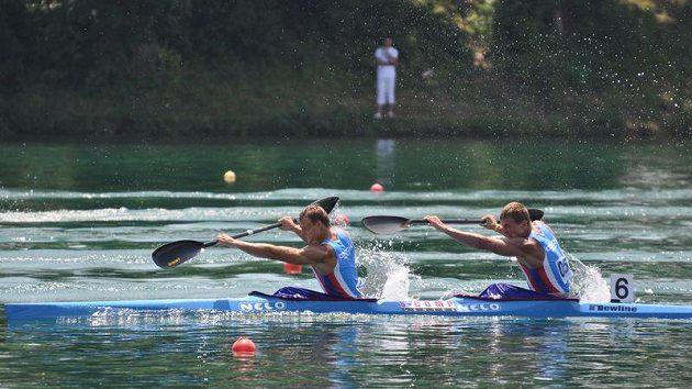 Pavel Davídek a Lukáš Trefil (v lodi vzadu) na trati závodu na 1000 metrů na ME v Bělehradu.