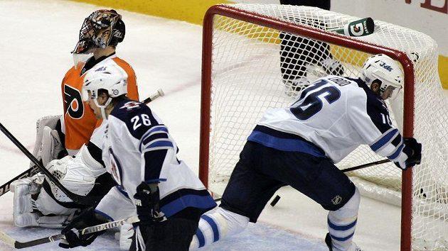 Andrew Ladd (vpravo) střílí vítězný gól Winnipegu. Na ledě Philadelphie právě padla sedmnáctá branka utkání.
