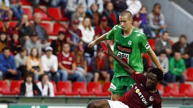Sparťan Bony Wilfried v souboji o míč s jabloneckým Tomášem Huberem