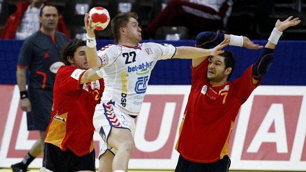 Český házenkář Tomáš Sklenář se probíjí španělskou obranou během zápasu na ME v Rakousku.