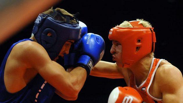 Finálový zápas Mistrovství České republiky v boxu mužů a žen 14. června v Praze. Zdeněk Chládek (vpravo) a Marek Bosý (vlevo).