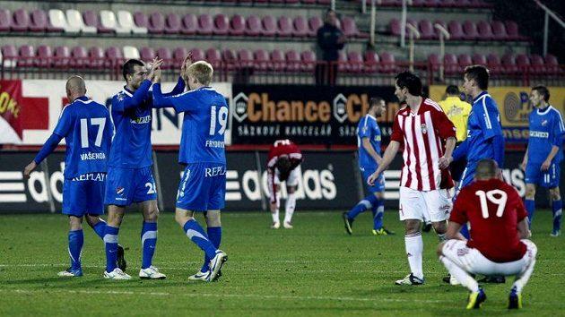 Fotbalisté ostravského Baníku (v modrém) slaví vstřelenou branku na hřišti Viktorie Žižkov.