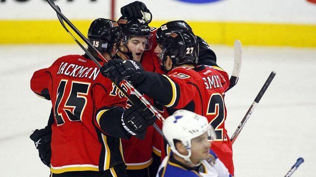 Roman Horák z Calgary (uprostřed) oslavuje se spoluhráči svůj gól proti St.Louis.