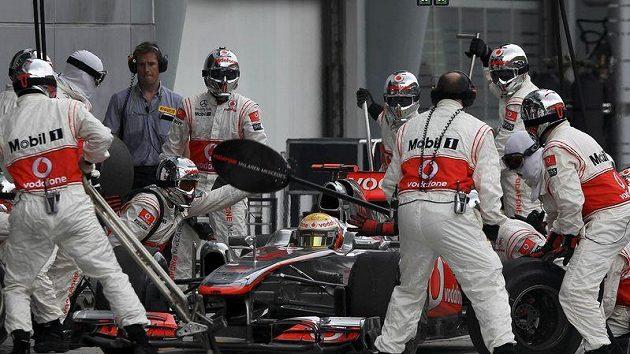 Lewis Hamilton při výměně pneumatik během VC Malajsie